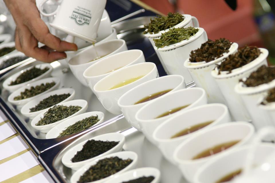 liscie herbaty w białych słojach