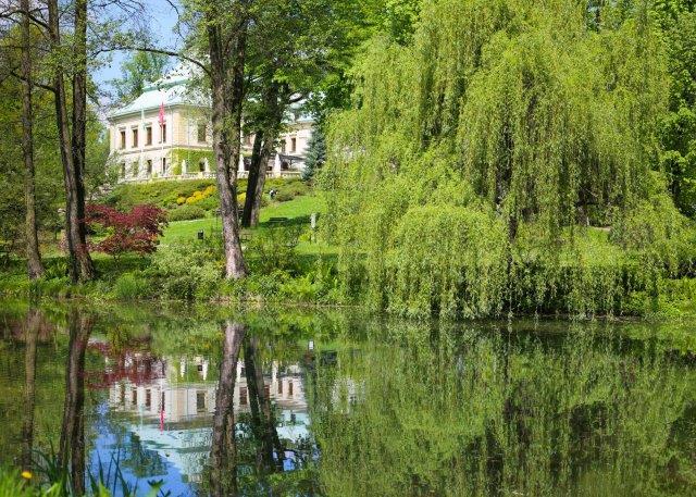 Wiosenny park z Pałacem Odrowążów